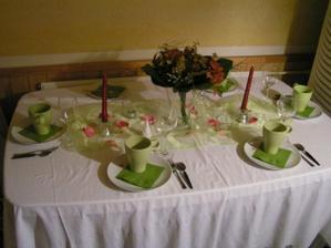 finální podoba stolu z náhradních věcí.. jen si odmyslete bílé talíře - budou skleněné, červené svíčky - budou bílé, umělá kytka - bude puget pivoněk doplněné zelenými santýnami
