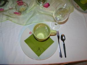 detail talíře na kterém je ubrousek s logem svatby. Skoromanža orazítkoval 150 ubrousků :-)