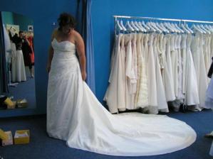 zkouška šatů 25.6.2010, mají 1,5m dlouhou vlečku