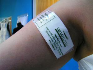 pěkně jsem se škrábla špendlíkem .. tak mi paní přelepila kapesník štítkem z nápoje :-)