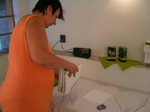 máma instaluje ubrousky do držáků