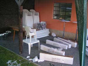 židle přpravené aby na ně někdo navázal mašle