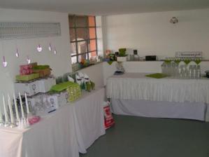 uklizená garáž, vlevo připravená dekorace a nádobí na stoly