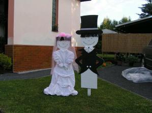 figurky už od neděle dávají kolemdoucím znát že tu bude svatba :-)