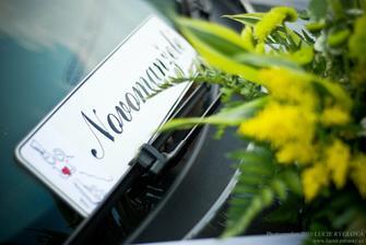 kytička a cedule na autě ženicha