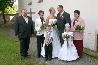 s rodiči před kostelíkem