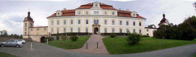 Kačenka a Zdenda (Brandejsovi) 7.7. 2007 - zámek v RK, odtud budeme odcházet už jako manželé