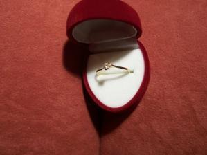 první zásnubní prstýnek :-) mám ho už od 17.9. 2003