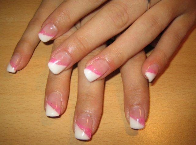 Kačenka a Zdenda (Brandejsovi) 7.7. 2007 - k růžovým šatečkám pěkné, asi to vyhrají, když bude ta růžová výzdoba :-)