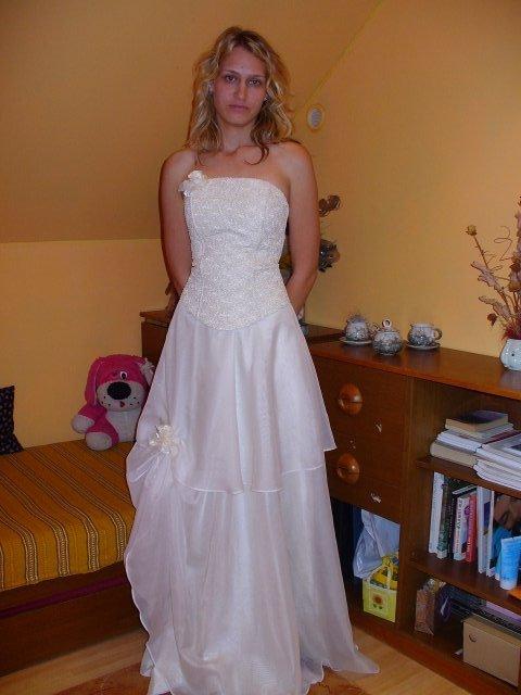 Já, na fotkách jsem nenamalovaná a strašně utahaná, tak si prohlížejte jen šaty