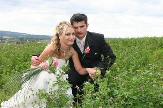 nevěsta s ženichem v polích..