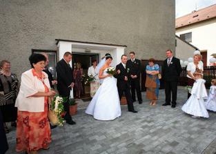 Snoubenci před odjezdem na obřad.
