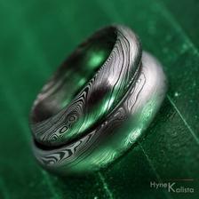 O prstýncích máme dávno jasno, jen zvažuji zda si dám kamínek, chci jen zirkon, na diamanty si nepotrpím:) Laik to nepozná.