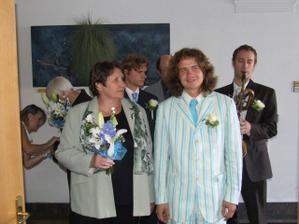 Ženich (vpravo) s matkou