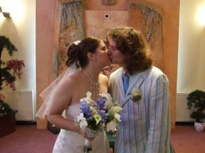 osmý manželský polibek