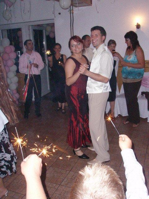 MARIKA{{_AND_}}MATKO - takto pekne nas privítali ako muža a ženu, prskavkami a sviečkami:-)))