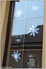 takto niako vyzerajú naše okná :) a tú otrhanú vločku si nevšímajte :) to syn nabehol poriešiť maminkinú robotku :)