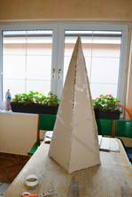 vystrihla z obdĺžníkou trojuholníky a zlepila
