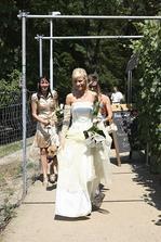 mnohem později přibíhá nevěsta :-)