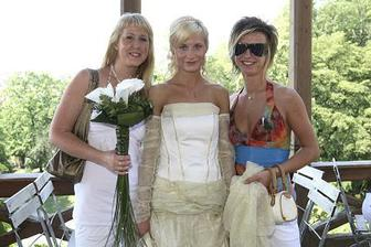 Dita a Lucka moc chtěly fotečku s nevěstou :-)