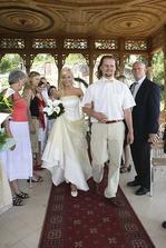 a Martin si hrdě vede nevěstu...