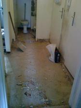 chodba a WC po demolicii