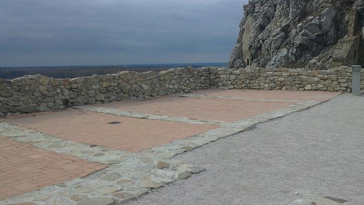 Krok za krokom - tu bude obrad - terasa hradu Devin :))