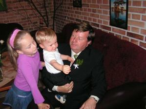 náš brouček s dědou a sestřenicí