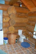 spodní koupelna vstup naproti vstupním dveřím, za povšimnutí stojí velikost kulatin v porovnání se záchodem:-)