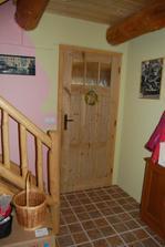 předsíň pohled doprava, vstup do spodního pokoje a schodiště do 2NP