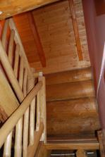 schodiště do samostatného pokoje se záchodem v 2NP