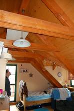 samostatný pokoj ve 2NP...sálavé panely nad dřevěnou podlahou? to mi hlava nebere:-))