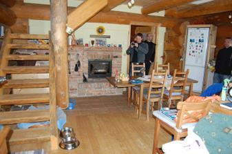 kuchyňo-obývák a schodiště do ložnice a vrchní koupelny