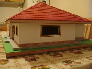 okno medzi obývačkou a kuchyňou