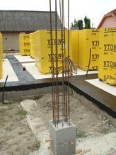 betonový stĺp za garážou