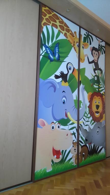 Inšpirácie s tapetami - realizácie v interiéroch - Fototapeta na mieru samolepiaca na vstavanej skrini