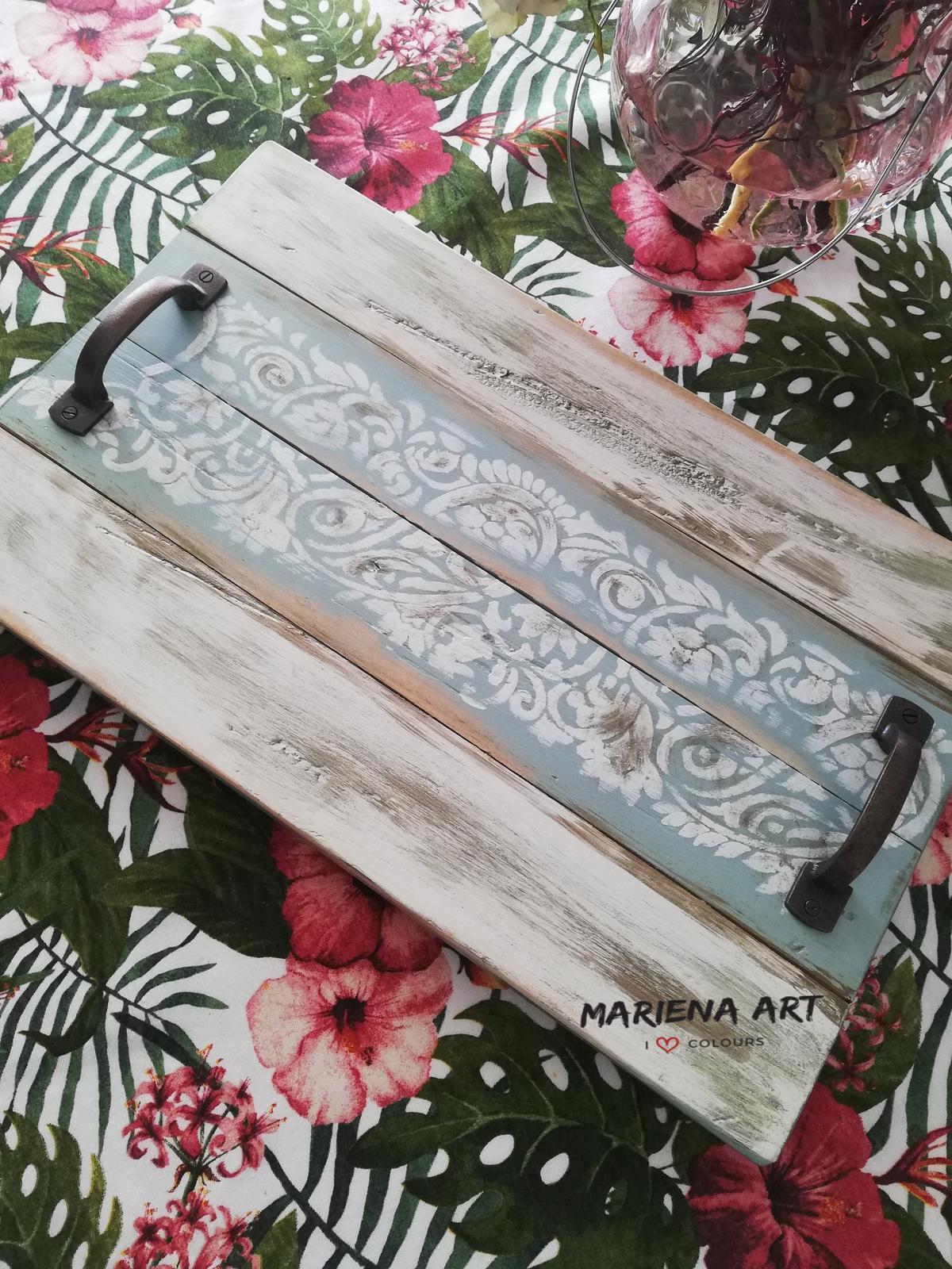 Redizajnujeme, maľujeme, tvoríme - podnos z paletového dreva: kriedová farba + shabby chic stone, šablóna Paisley, metalická farba zlatá, transparentný vosk