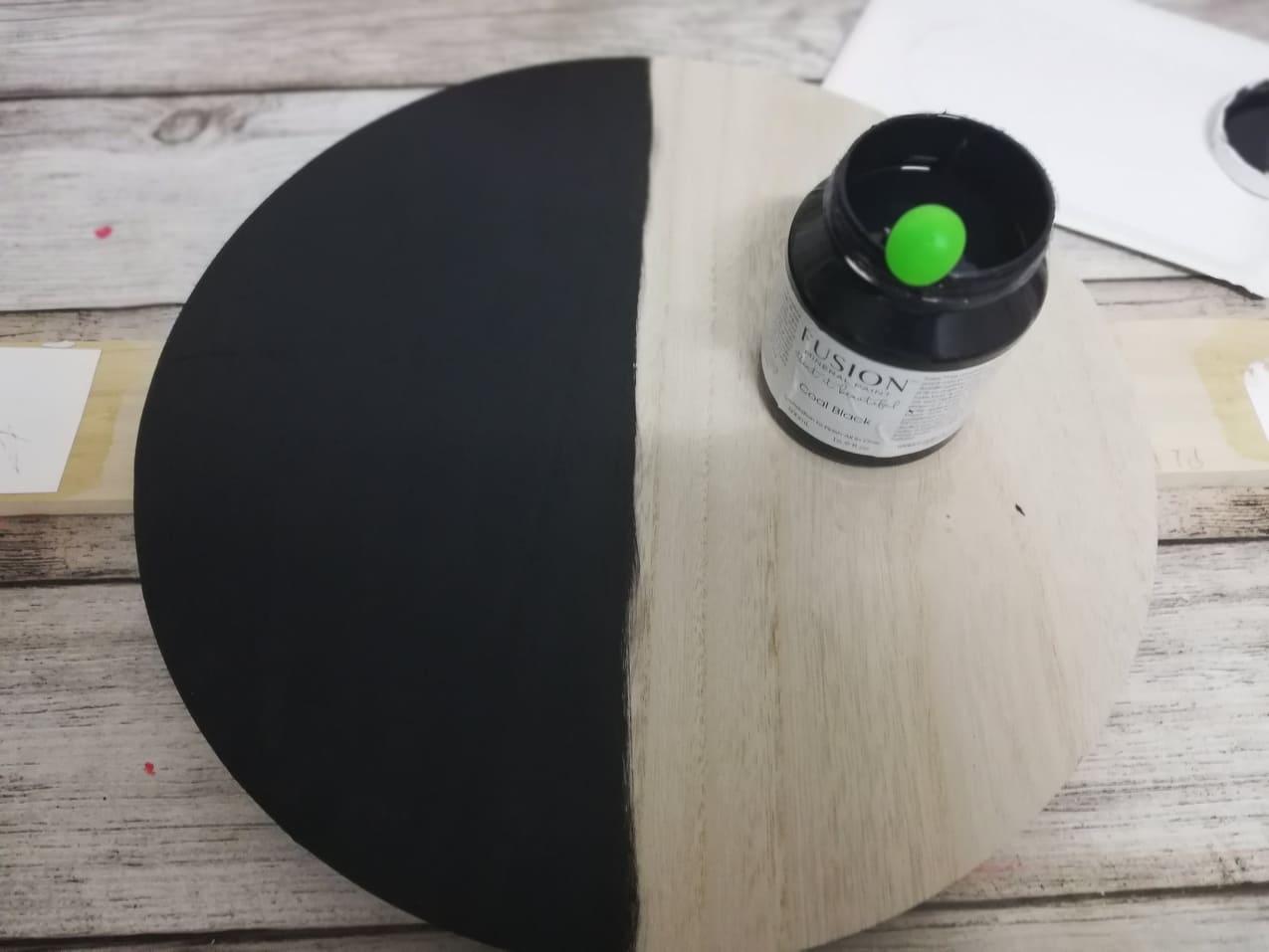 Redizajnujeme, maľujeme, tvoríme - vrchná časť stolíka premaľovaná minerálnou farbou čiernou