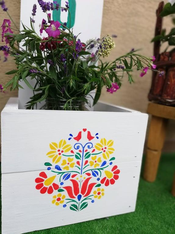 Redizajnujeme, maľujeme, tvoríme - drevená uvítacia tabuľa - kvetináč MarienaArt - použité kriedové a minerálne farby + šablóna folklór