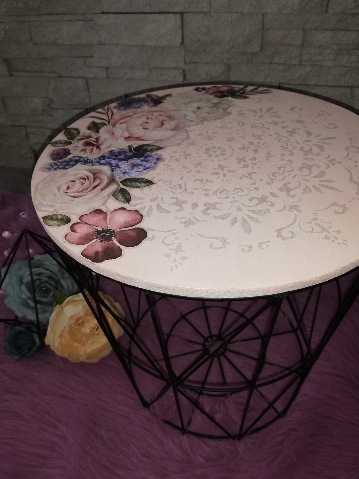 Redizajnujeme, maľujeme, tvoríme - redizajn - kávový stolík, použitá kriedová farba Decotrend + šablóna + transparentný vosk