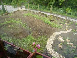 původní stav před jezírkem,dřív se tam pěstovaly brambory a ten zelený porost je hnusnej peťour,nešlo se ho zbavit