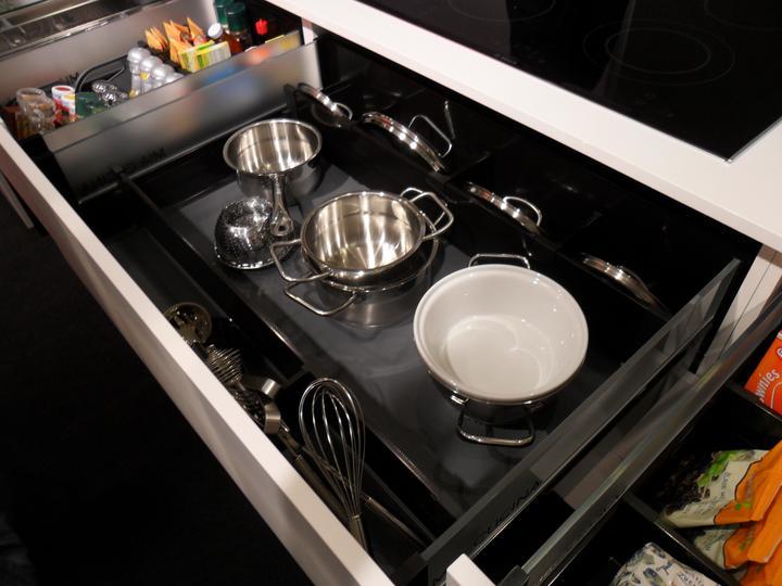 Kovania do kuchyne - rozdelenie zásuvky od firmy Blum vysokým priečnym delením