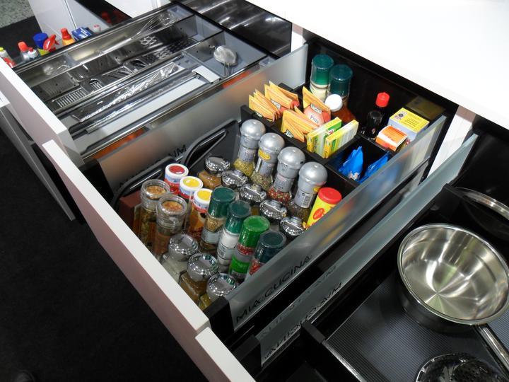 Kovania do kuchyne - rozdelenie zásuvky od firmy Blum -držiak na koreničky