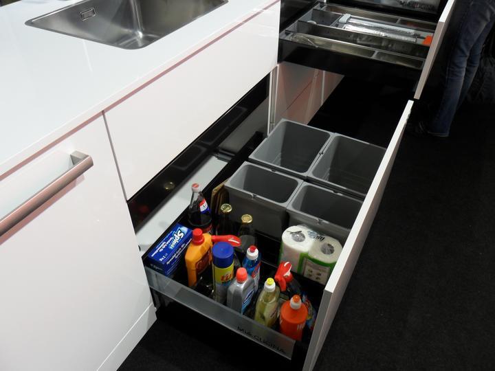 Kovania do kuchyne - drezová skrinka s výsuvom pre koše a saponáty-spodný výsuv