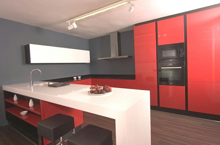 Červené kuchyne - táto verzia je taký môj favorit, veľmi pekne je tu skombinovaná červená farba s čiernou a doplnená bielym leskom