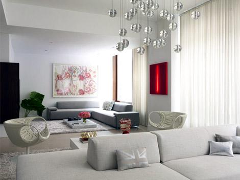 Biely interiér a jeho dekorácie - ten červený obraz nemá chybu