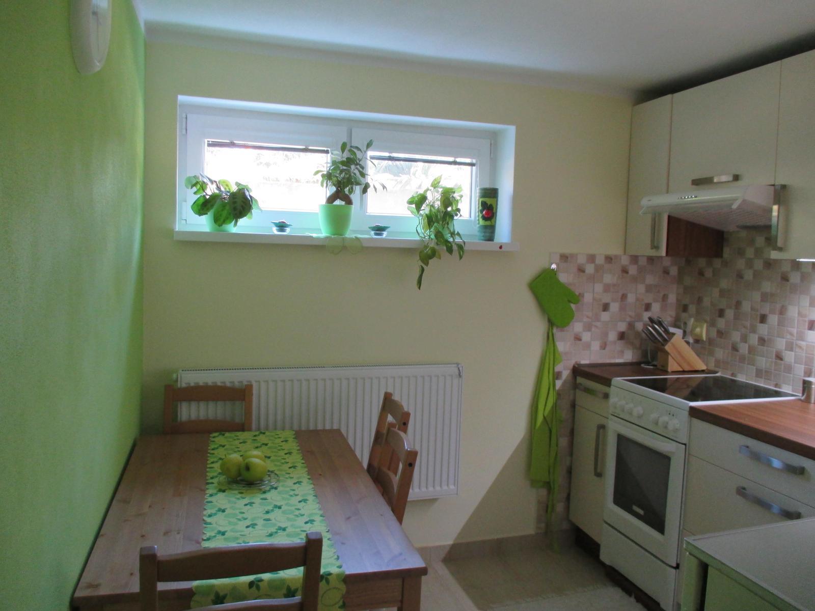 Realizácie kuchyne  - stolárstvo Valuška - kuchynská linka robená do rodinného domu- kombinácia jasmín a orech dijon - obr.3