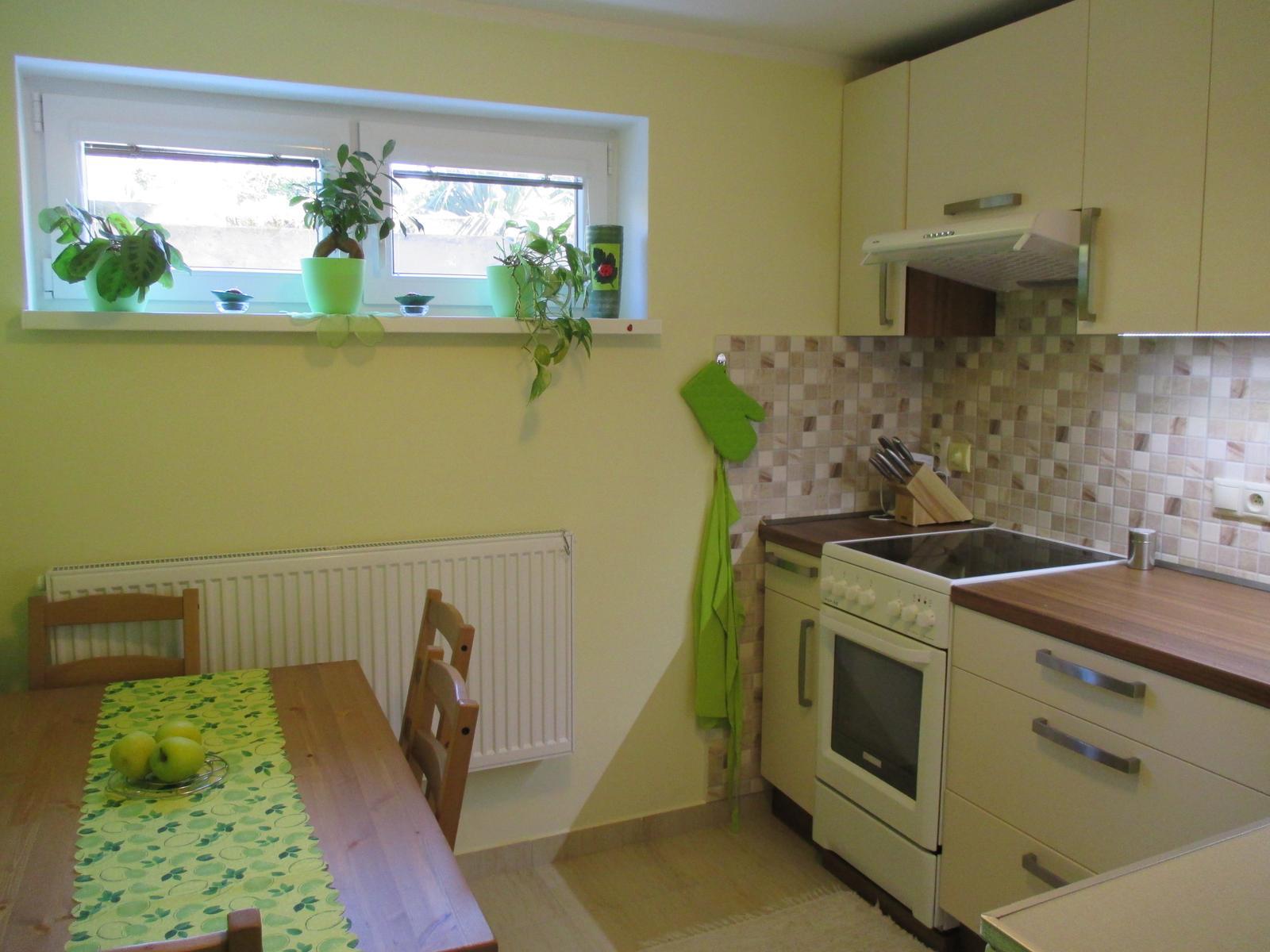 Realizácie kuchyne  - stolárstvo Valuška - kuchynská linka robená do rodinného domu- kombinácia jasmín a orech dijon - obr.4