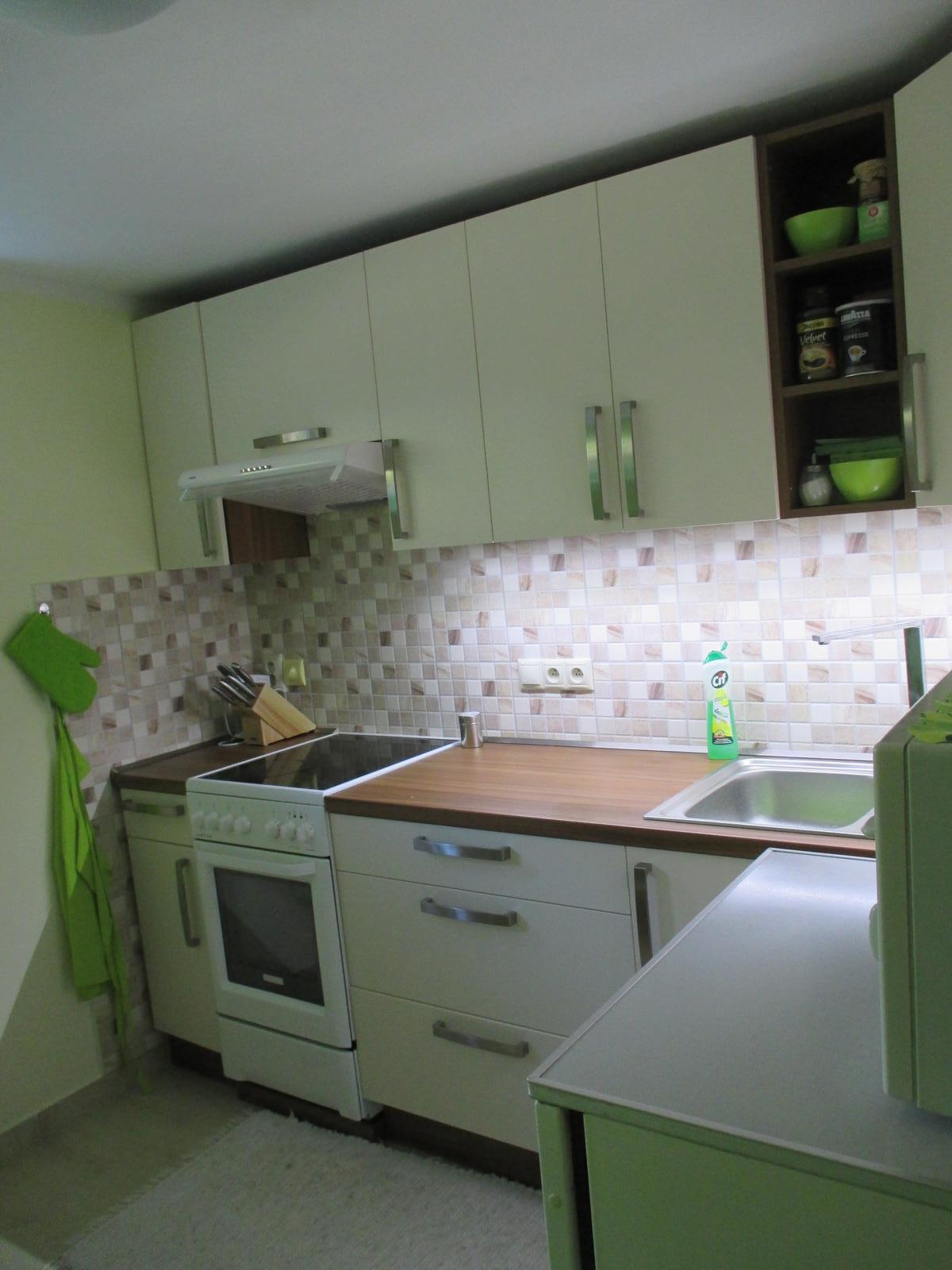 Realizácie kuchyne  - stolárstvo Valuška - kuchynská linka robená do rodinného domu- kombinácia jasmín a orech dijon - obr.2