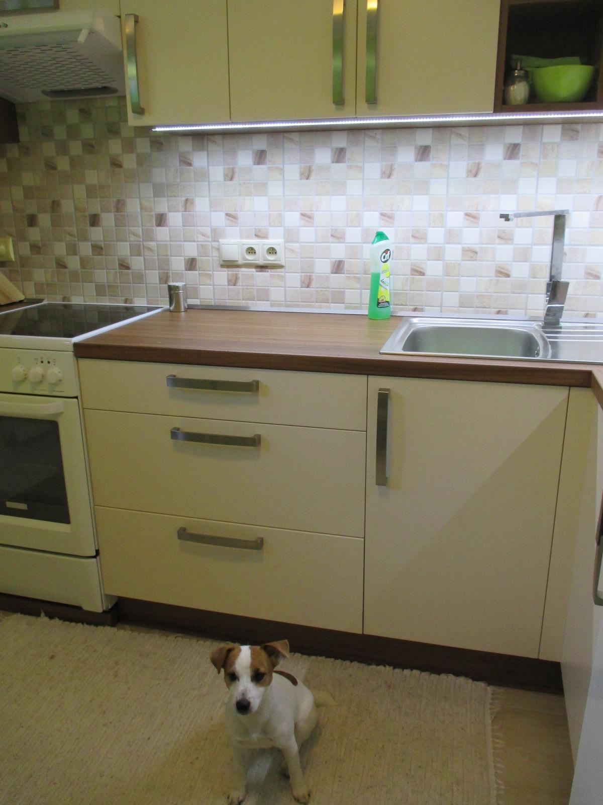 Realizácie kuchyne  - stolárstvo Valuška - kuchynská linka robená do rodinného domu- kombinácia jasmín a orech dijon - obr.5
